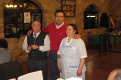 Felipe con el dueño y la cocinera